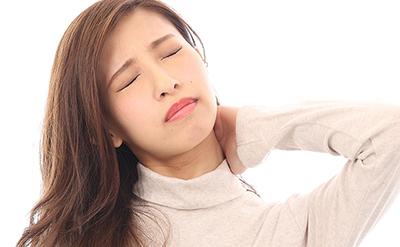 首の痛みで悩む人