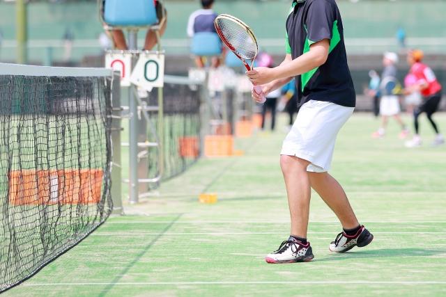 テニスをしている